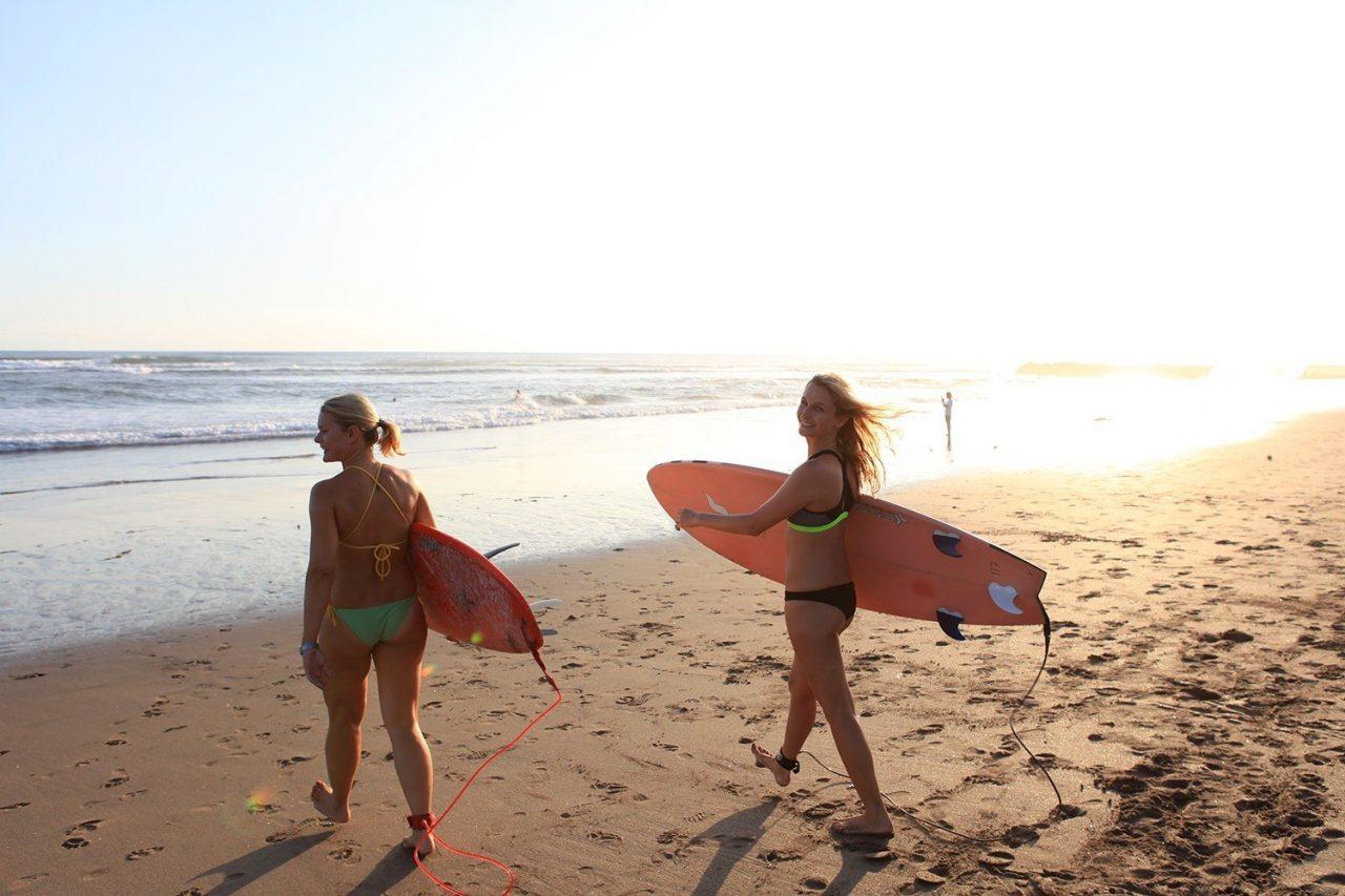 Surferinnen Bali