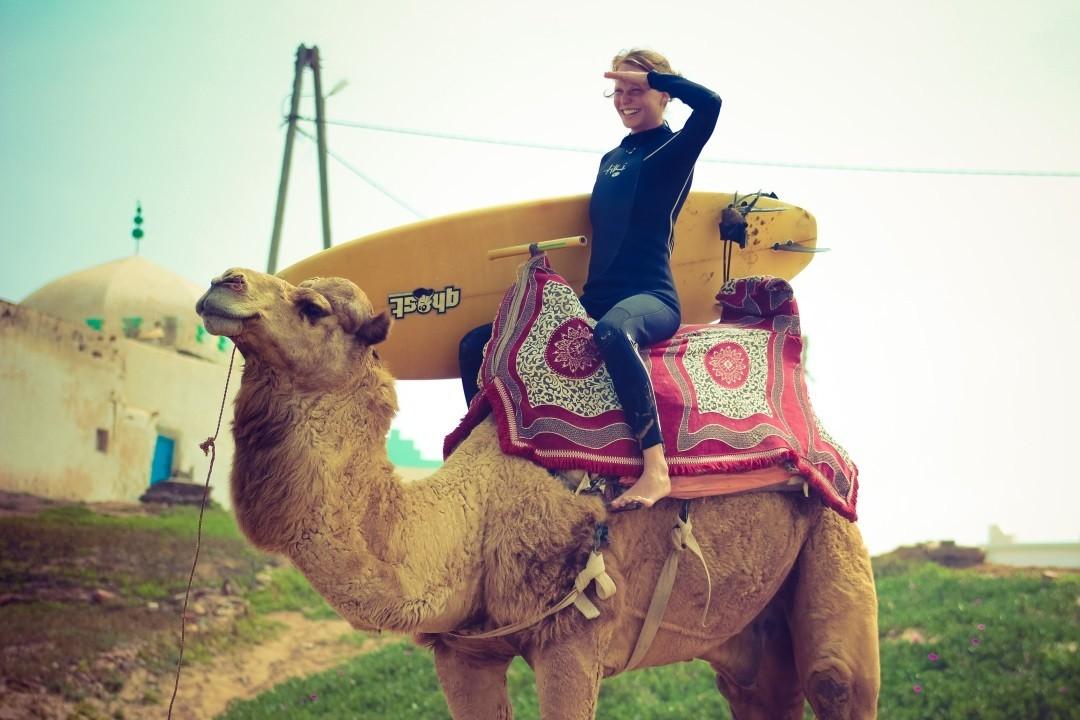 Auf dem Kamelrücken ins Camino Surfcamp