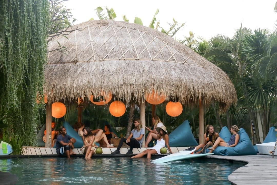 Kima Surfcamp Canggi Bali Pool und Chill Area