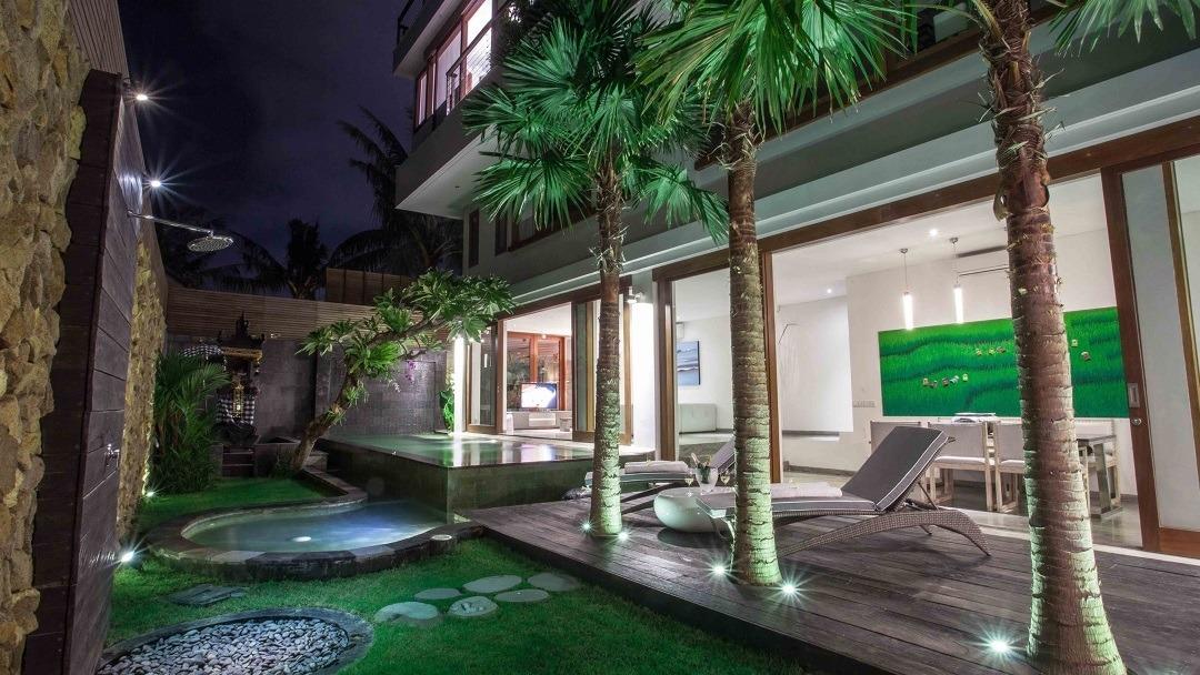 Seminyak Deluxe Villa & Apartments bei Nacht