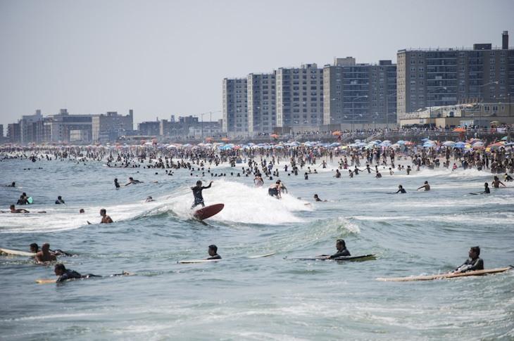 Auch beim Surfen in New York ist es durchaus mal voll im Line-up!
