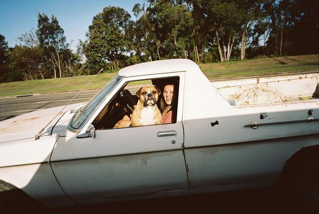 Surferin Ivy Thomas in ihrem Pick-Up