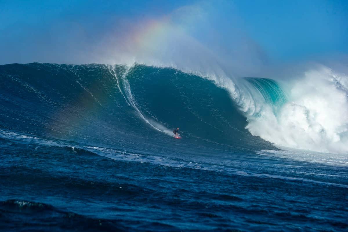 Keala Kennely surft eine Big Wave