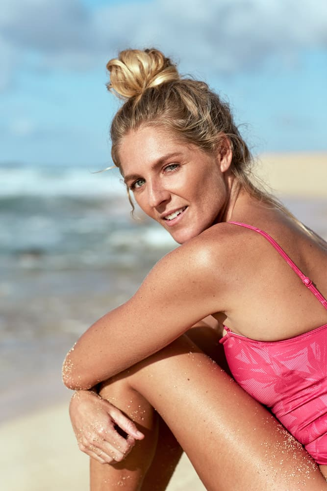 Portrait Stephanie Gilmore im pinken Badeanzug