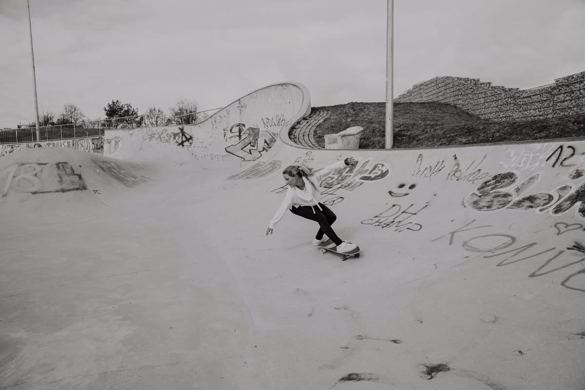 Valeska Schneider auf einem Surfskate