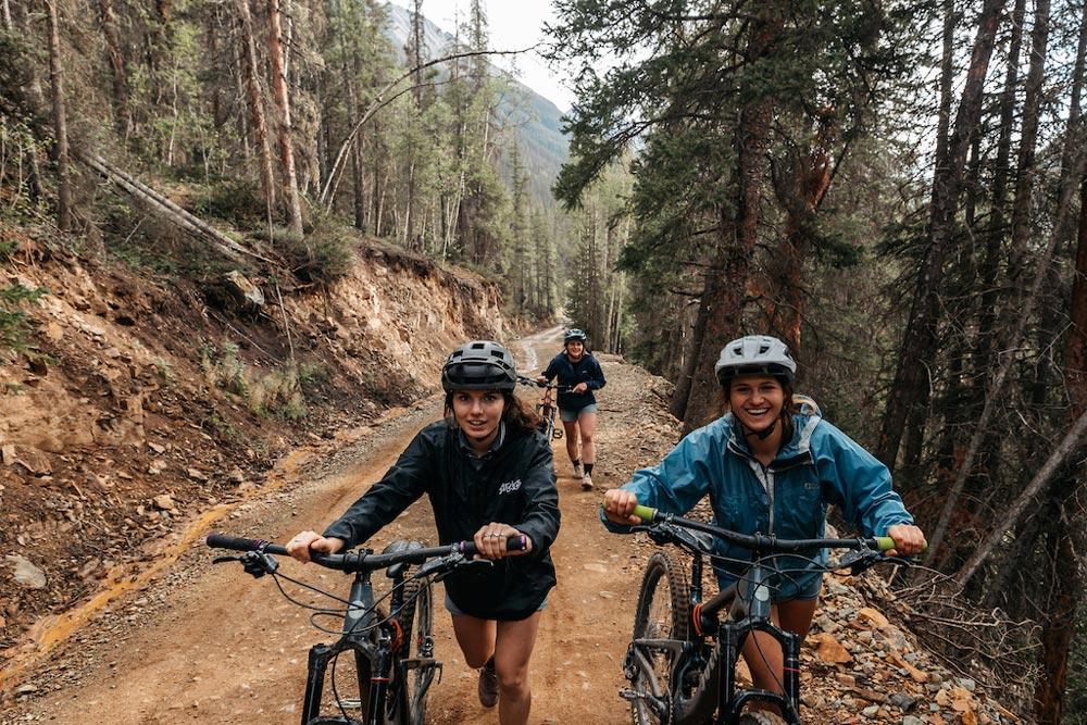 Mountainbikerinnen Avra Saslow, Clare Hamilton, Delilah Cupp