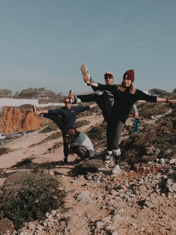 Vier junge Leute an der Küste