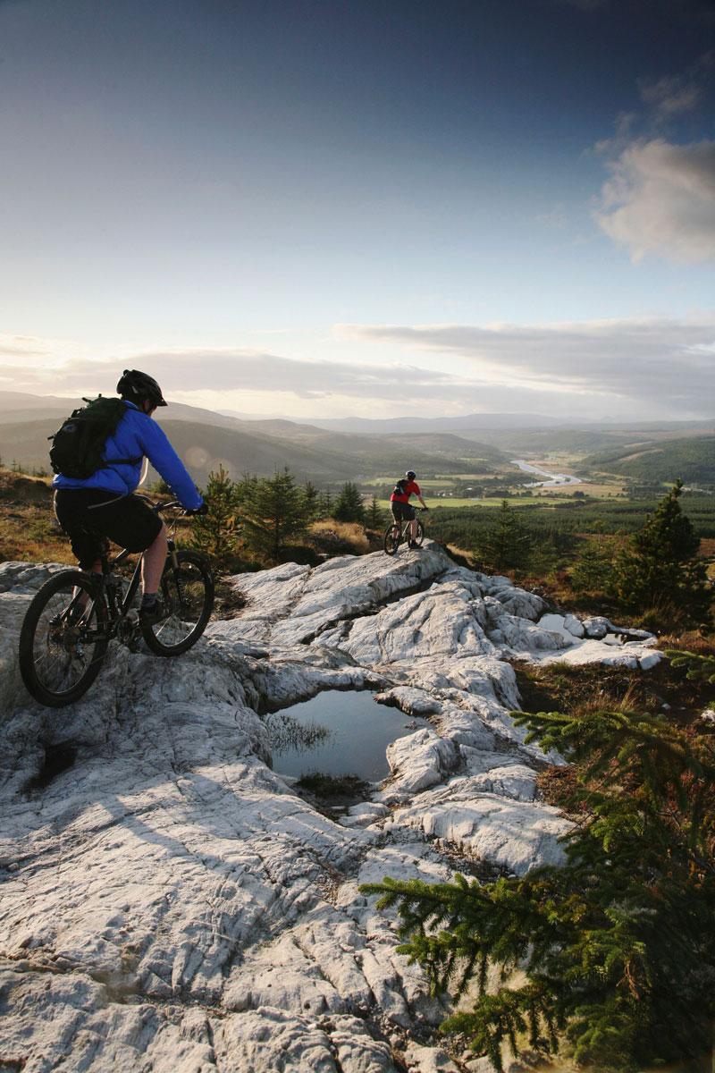 Zwei Mountainbiker in schottischer Landschaft