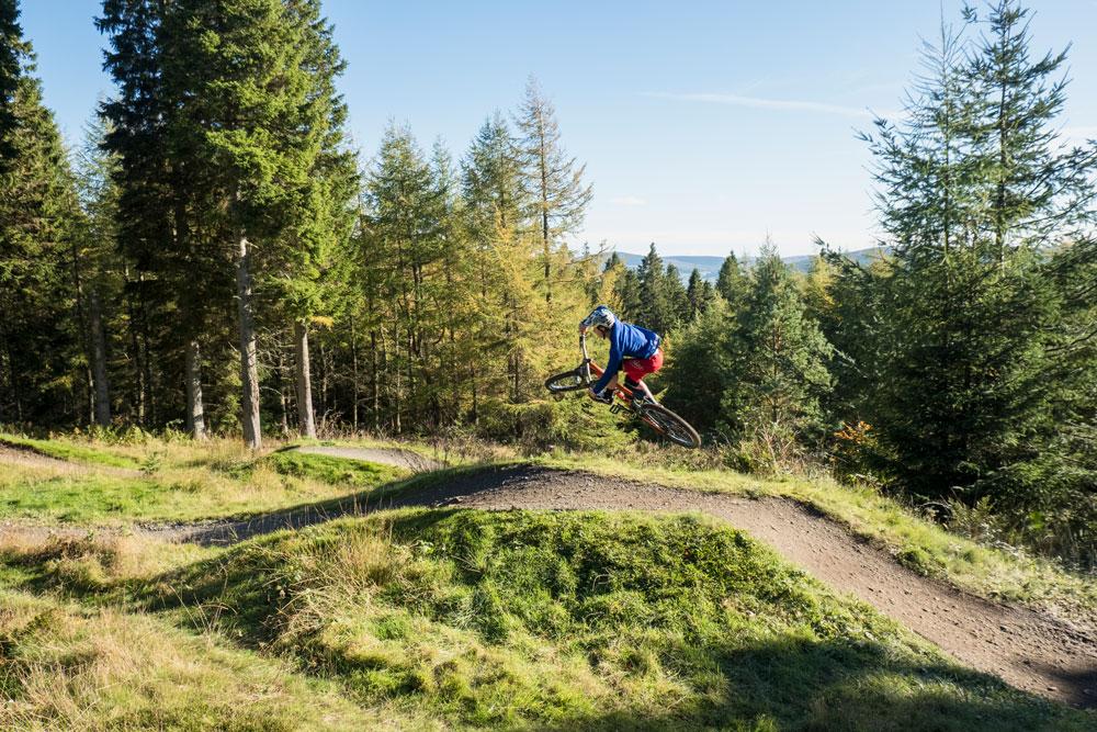 Mountainbiker jumping
