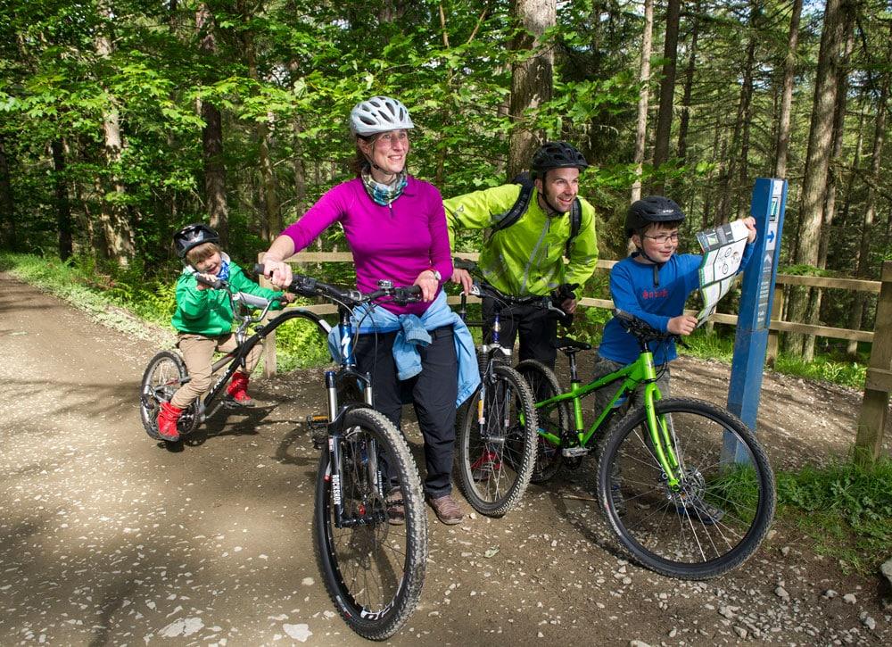Familie beim Mountainbiken