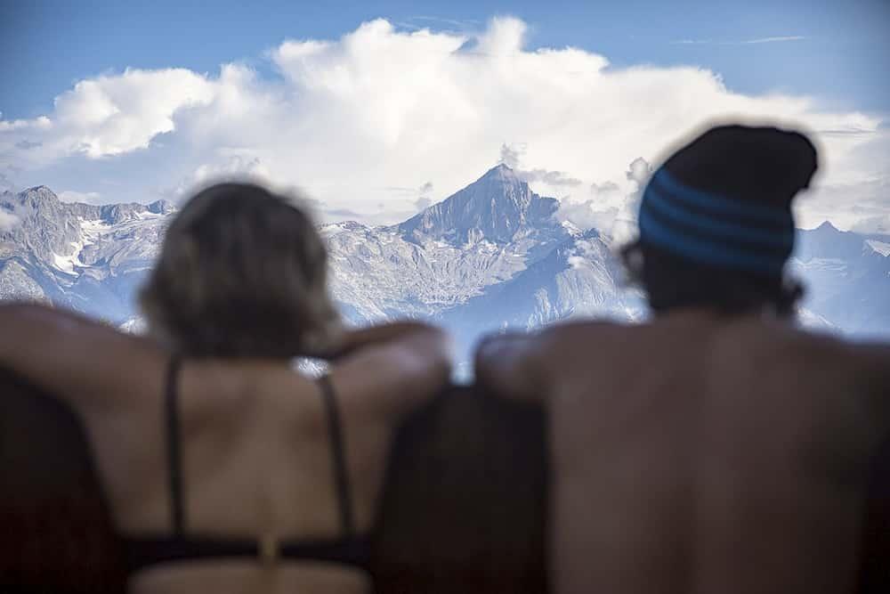 Zwei Sportler schauen auf die Berge