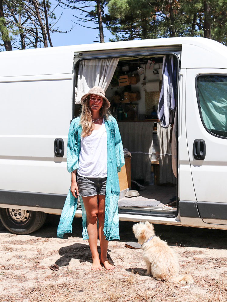 Girl vor Van