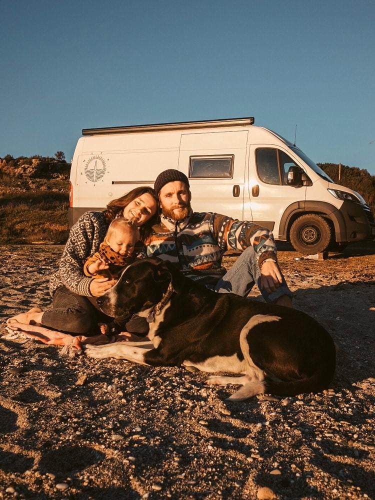 Junge Familie vor ihrem Van