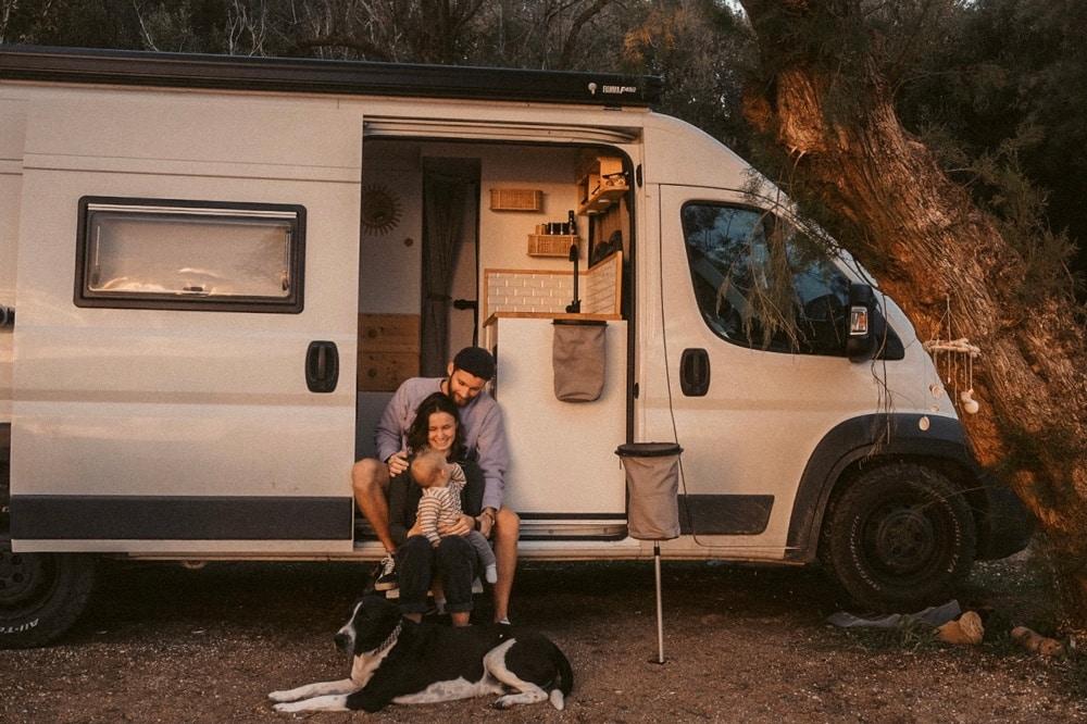 Junge Familie sitzt in ihrem Van