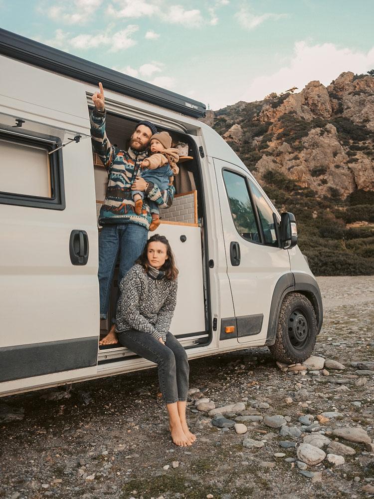 Junge Familie steht in ihrem Van