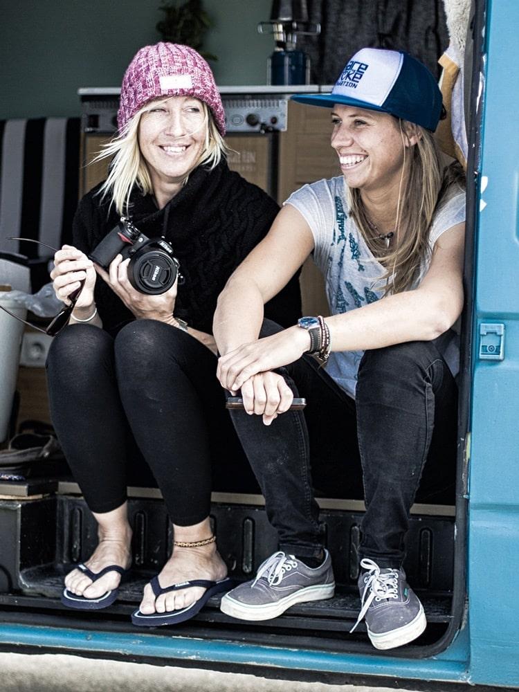 Zwei Frauen sitzen in ihrem Van