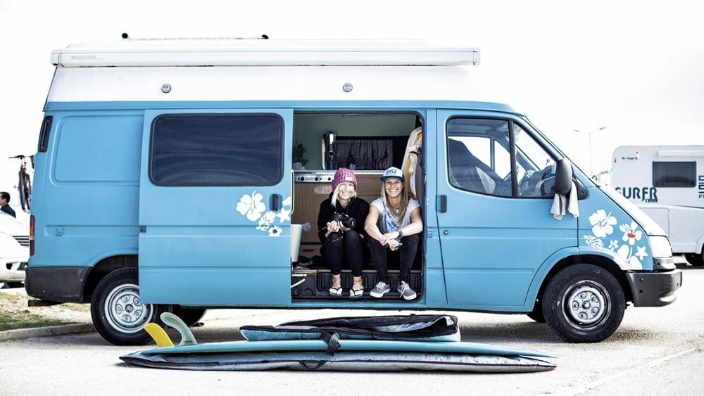 Zwei Frauen sitzen in einem blauen Van