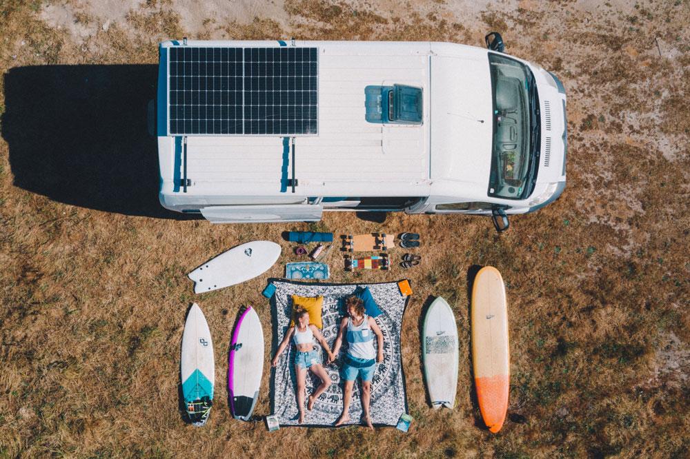 Paar Droneshot Van und Surfboards
