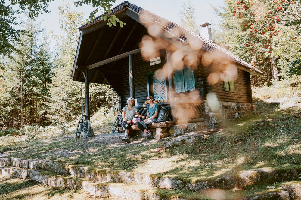 Baiersbronn: Zwei Mountainbikerinnen bei Pause