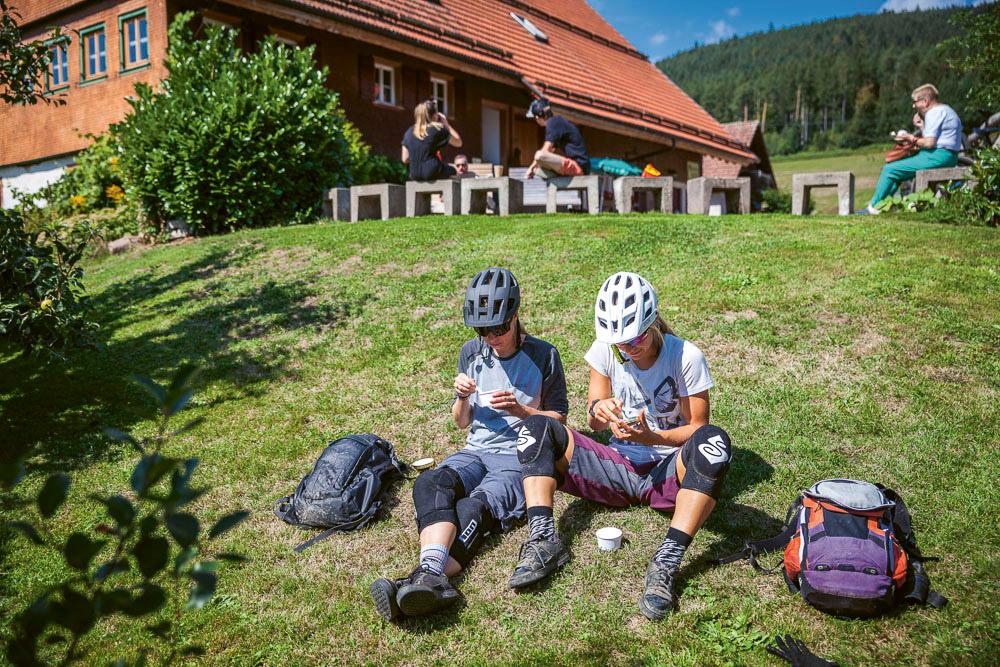 Baiersbronn: Mountainbikerinnen Eispause