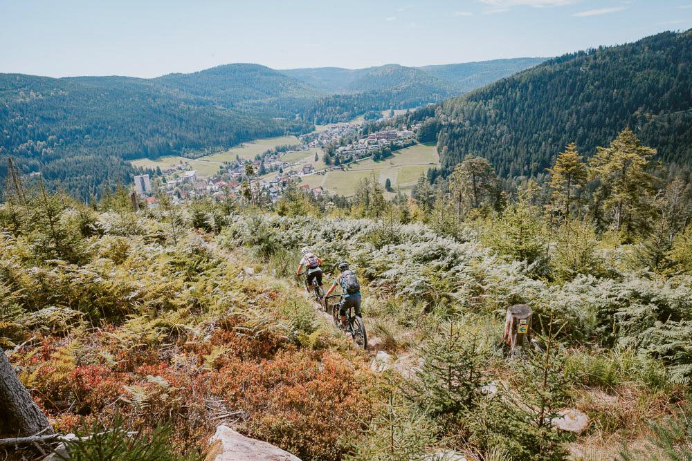 Baiersbronn: Zwei Mountainbikerinnen auf Trailsuche