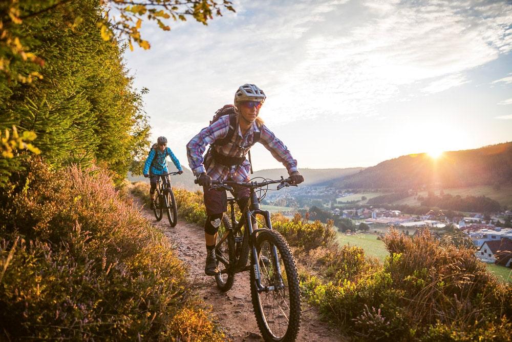 Baiersbronn: Zwei Mountainbikerinnen beim Sunset-Ride