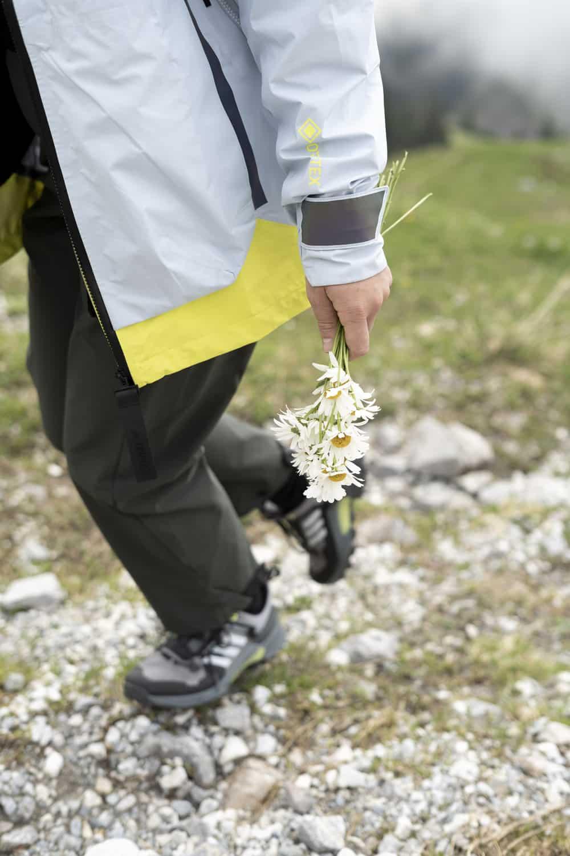 Adidas Terrex: Auf Wanderung, Blumen