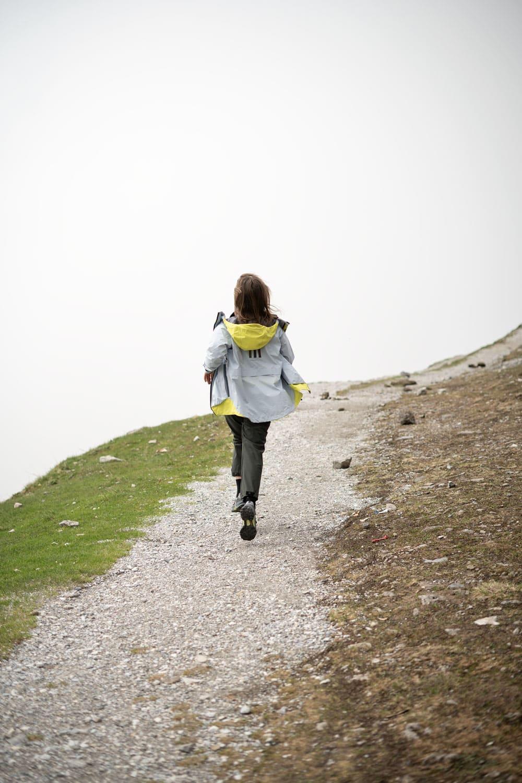 Frau in Outdoorkleidung auf Wanderweg