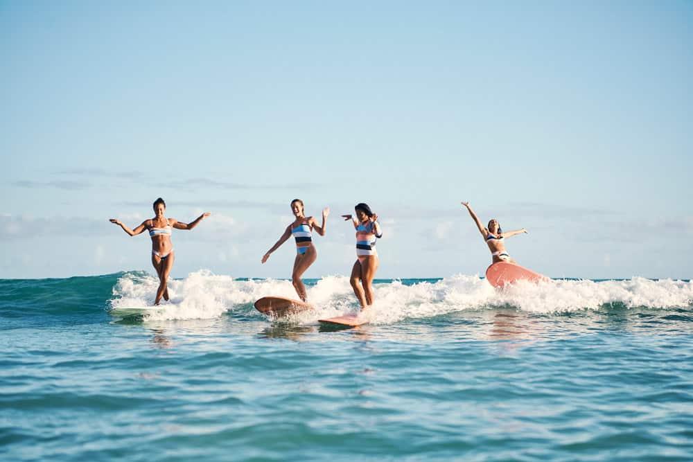 Roxy On The Beach: Vier Surferinnen