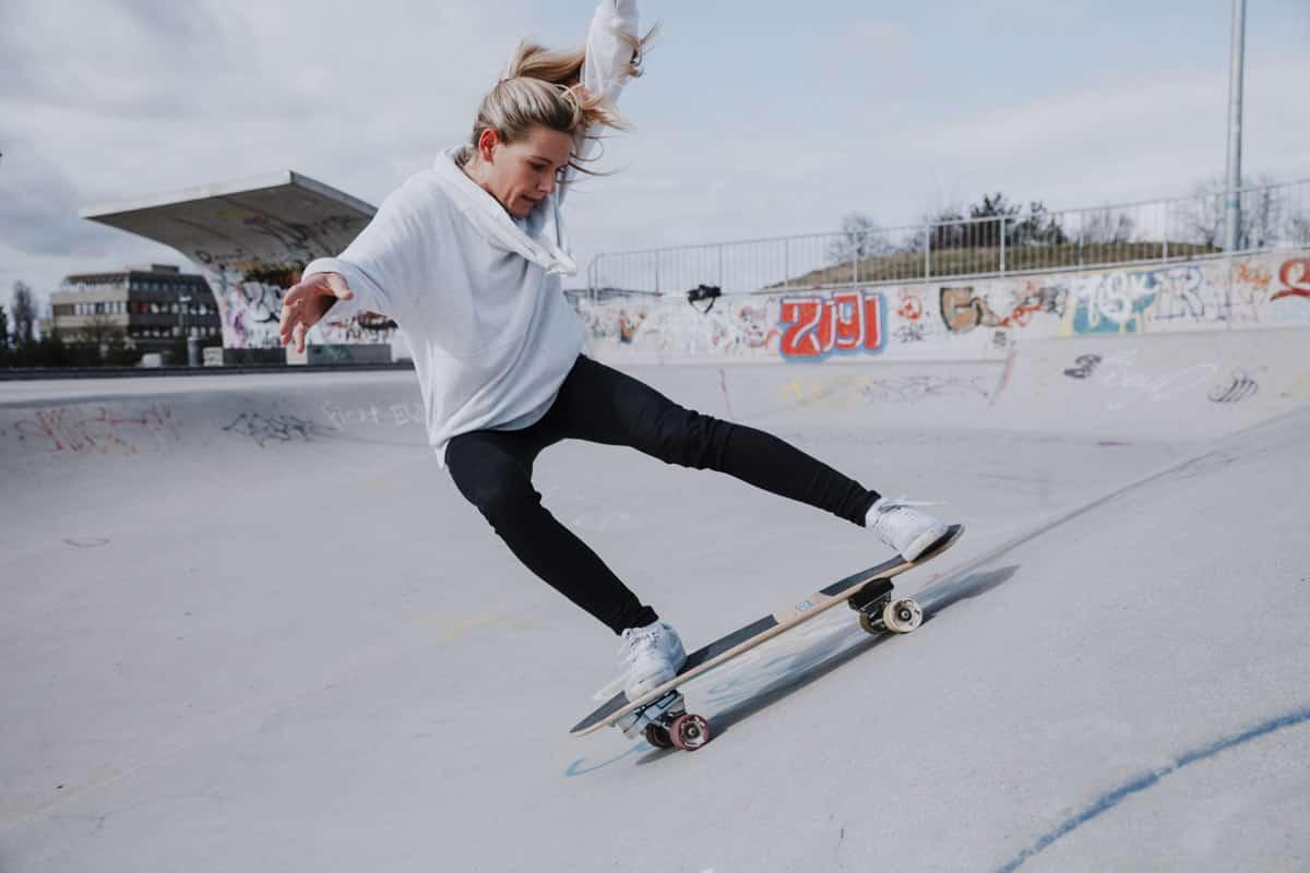 Valeska Schneider auf Surfskate