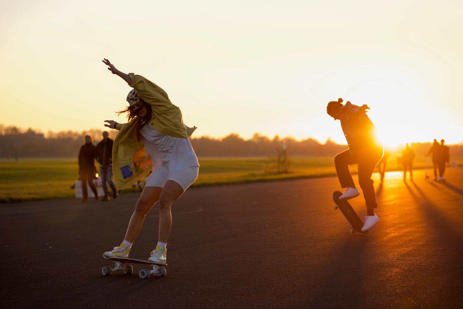 Frauen beim Surfskating