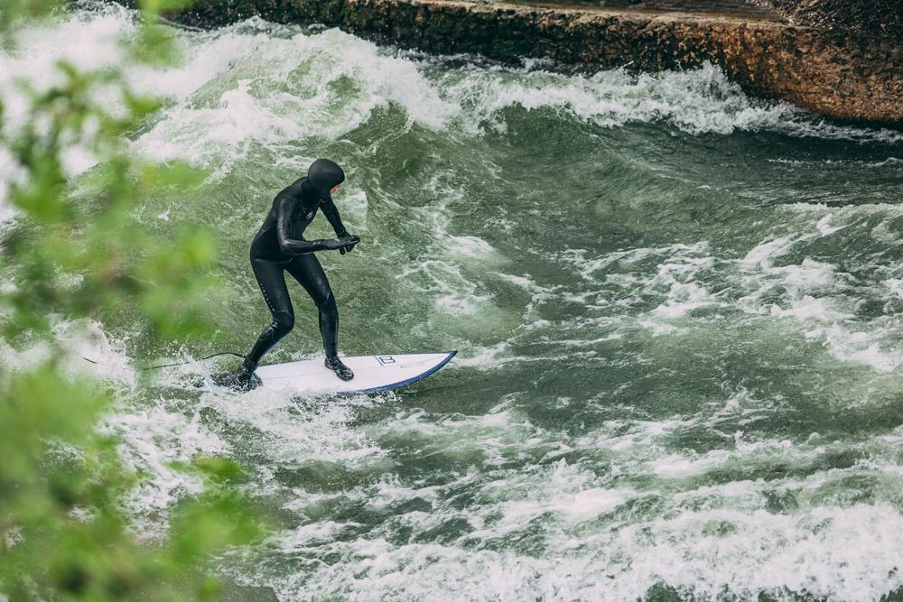 Wax Z'am Gründerin Steffi surft auf der Eisbachwelle