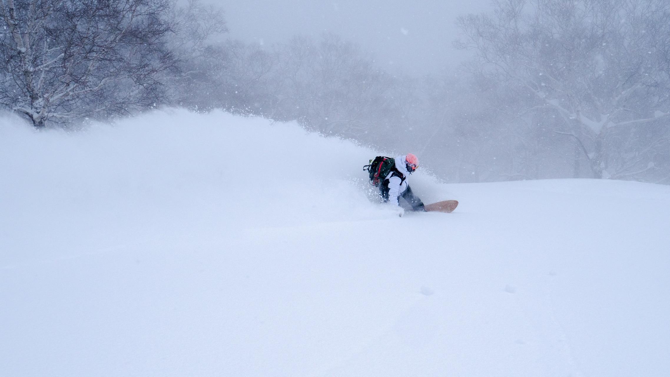 Lena Stoffel beim Snowboarden in Japan